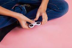 Muchacho adolescente con el hilandero popular de la persona agitada del juguete Fotos de archivo libres de regalías
