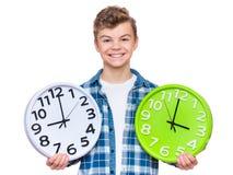 Muchacho adolescente con el reloj grande Foto de archivo libre de regalías