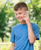 Muchacho adolescente con el teléfono Fotos de archivo