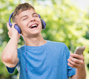 Muchacho adolescente con el teléfono Foto de archivo