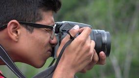 Muchacho adolescente con la cámara de la fotografía Imágenes de archivo libres de regalías
