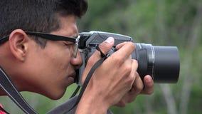 Muchacho adolescente con la cámara de la fotografía Fotografía de archivo