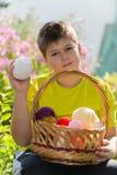Muchacho adolescente con la cesta de mimbre y las bolas del hilado Fotos de archivo libres de regalías