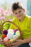 Muchacho adolescente con la cesta de mimbre y las bolas del hilado Foto de archivo libre de regalías