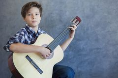 Muchacho adolescente con la guitarra acustic Fotografía de archivo