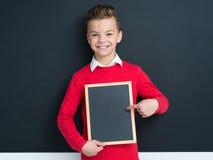 Muchacho adolescente con la pequeña pizarra Fotografía de archivo libre de regalías