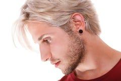 Muchacho adolescente con la perforación y el peinado de moda Foto de archivo