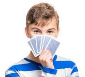 Muchacho adolescente con las tarjetas del juego Imagenes de archivo