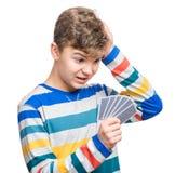 Muchacho adolescente con las tarjetas del juego Foto de archivo