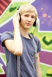Muchacho adolescente con los auriculares Fotos de archivo