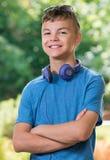 Muchacho adolescente con los auriculares Imagen de archivo libre de regalías