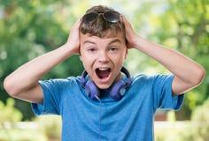 Muchacho adolescente con los auriculares Fotos de archivo libres de regalías