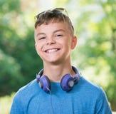 Muchacho adolescente con los auriculares Foto de archivo libre de regalías