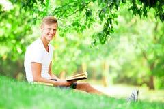 Muchacho adolescente con los libros Imagen de archivo