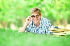 Muchacho adolescente con los libros Imágenes de archivo libres de regalías