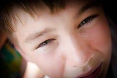 Muchacho adolescente con los ojos soñadores Fotos de archivo