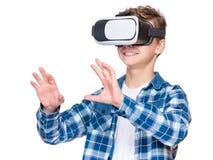 Muchacho adolescente con los vidrios de VR Imagen de archivo