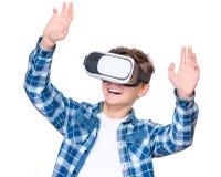 Muchacho adolescente con los vidrios de VR Imagenes de archivo