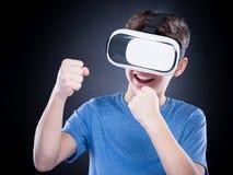 Muchacho adolescente con los vidrios de VR Foto de archivo libre de regalías