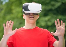 Muchacho adolescente con los vidrios de VR Imágenes de archivo libres de regalías