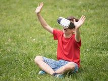 Muchacho adolescente con los vidrios de VR Fotografía de archivo