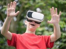 Muchacho adolescente con los vidrios de VR Foto de archivo