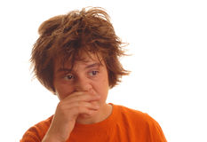 Muchacho adolescente con un frío Imagenes de archivo