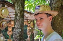 Muchacho adolescente con un sombrero - Labadee, Haití Foto de archivo