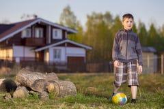 Muchacho adolescente con una bola Fotos de archivo libres de regalías
