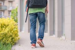 Muchacho adolescente de nuevo a escuela Foto de archivo