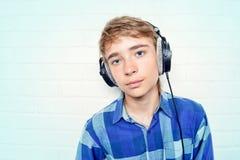 Muchacho adolescente en auriculares Imagen de archivo