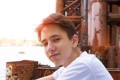 Muchacho adolescente en camisa azul Fotos de archivo