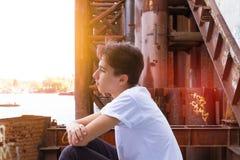 Muchacho adolescente en camisa azul Fotografía de archivo