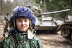 Muchacho adolescente en casco del tanque Imagenes de archivo