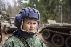 Muchacho adolescente en casco del tanque Fotos de archivo