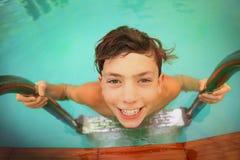 Muchacho adolescente en cierre de la piscina del aire abierto encima del retrato Fotografía de archivo libre de regalías