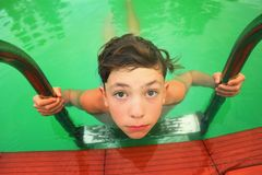 Muchacho adolescente en cierre de la piscina encima de la foto Fotografía de archivo