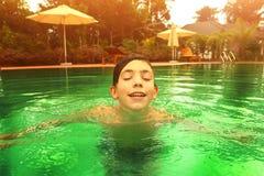 Muchacho adolescente en cierre de la piscina encima de la foto Foto de archivo libre de regalías