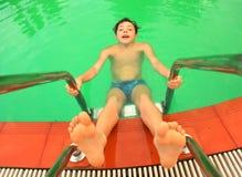 Muchacho adolescente en cierre de la piscina encima de la foto Foto de archivo