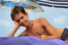 Muchacho adolescente en el colchón inflable Imágenes de archivo libres de regalías