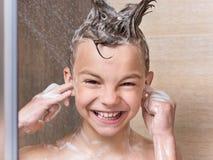 Muchacho adolescente en el cuarto de baño Imagenes de archivo