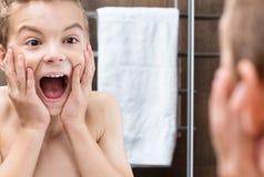 Muchacho adolescente en el cuarto de baño Imagen de archivo libre de regalías