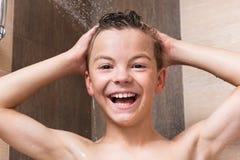 Muchacho adolescente en el cuarto de baño Fotos de archivo libres de regalías