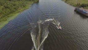 Muchacho adolescente en el esquí del jet en el río Vídeo aéreo metrajes