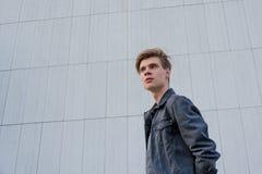 Muchacho adolescente en el fondo blanco de la ciudad con perspectiva Fotografía de archivo libre de regalías