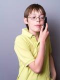 Muchacho adolescente en el teléfono Imagenes de archivo