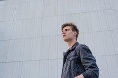 Muchacho adolescente en fondo del blanco de la ciudad Imagenes de archivo