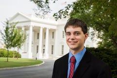 Muchacho adolescente en la Casa Blanca Imagenes de archivo