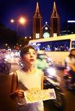Muchacho adolescente en la ciudad de Hoshimin que hace turismo con el mapa Imágenes de archivo libres de regalías