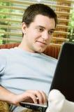 Muchacho adolescente en la computadora portátil Foto de archivo